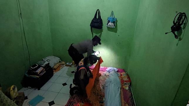 Jenazah Indah sempat tertahan sehari di kamar indekos lantaran sang suami tidak memiliki biaya untuk pemakaman. (Foto: SINDOnews/Tritus Julan)