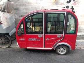 כלי הרכב ברחובות הסמוכים אל בית המלון. מלא יצירתיות