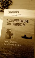 """Couverture du livre """"Que peut-on dire aux hommes"""" de Stan Rougier. Il y regarde Saint Exupéry et Dieu !"""