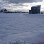 雪で凹面鏡を作って反射した光をソーラーパネルに当てると発電量は増えるのだろうか?