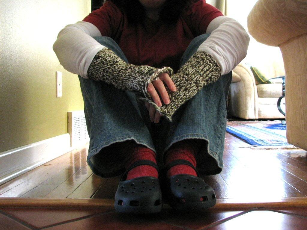 Loom-knitted fingerless mitts ⋆ Polka Dot Cottage