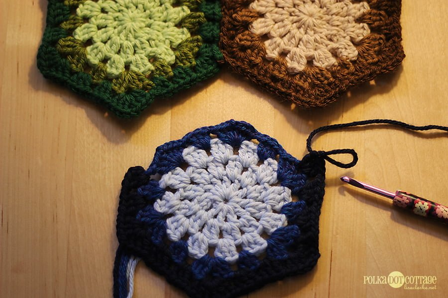 a87d71d63 How to connect one granny hexagon to two (or more) others ⋆ Polka ...