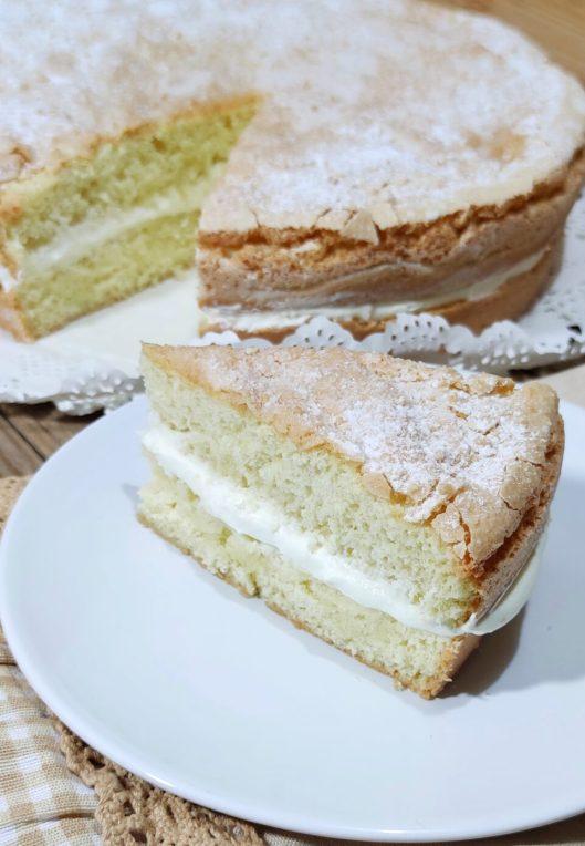 La torta Savoiardo sarda soffice non è altro che il mio solito impasto dei classici biscotti Savoiardi Sardi solo che oggi ho messo l'impasto in una tortiera ed è venuta fuori una torta spettacolare