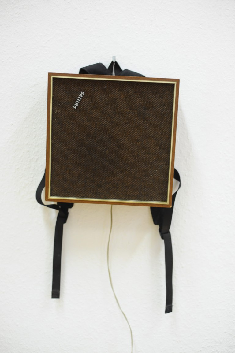 hide_and_amplify_installation_view_speaker_backpack_detail2_Lisa_Premke