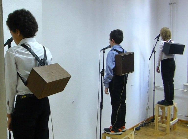 hide_and_amplify_performance_3boys_view_speaker_backpack4_Lisa_Premke