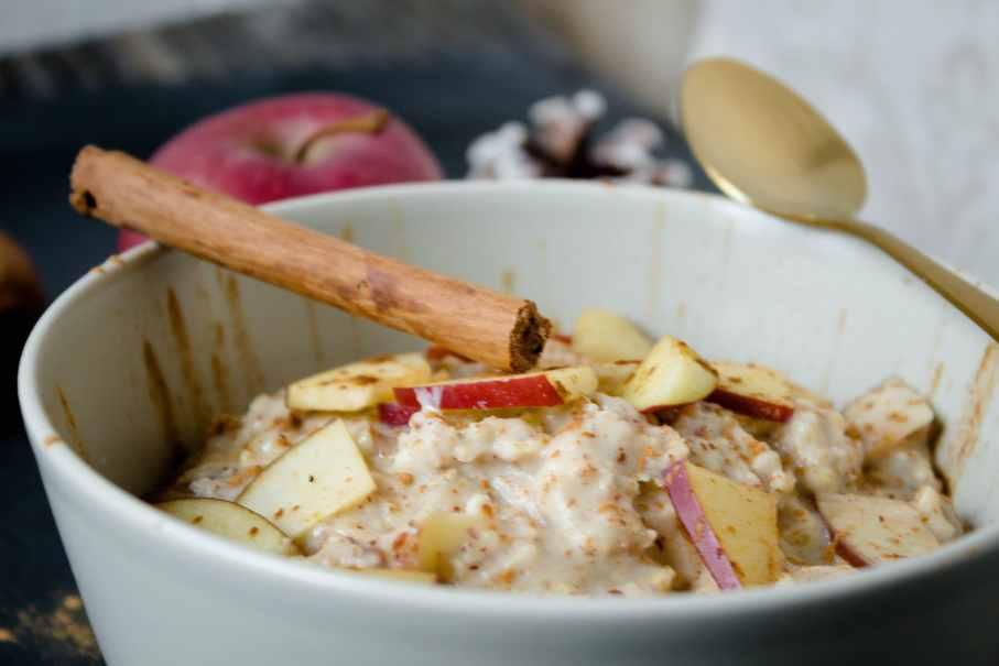 Leckeres gesundes Bratapfel-Porridge mit Protein - ohne Zucker und Milch