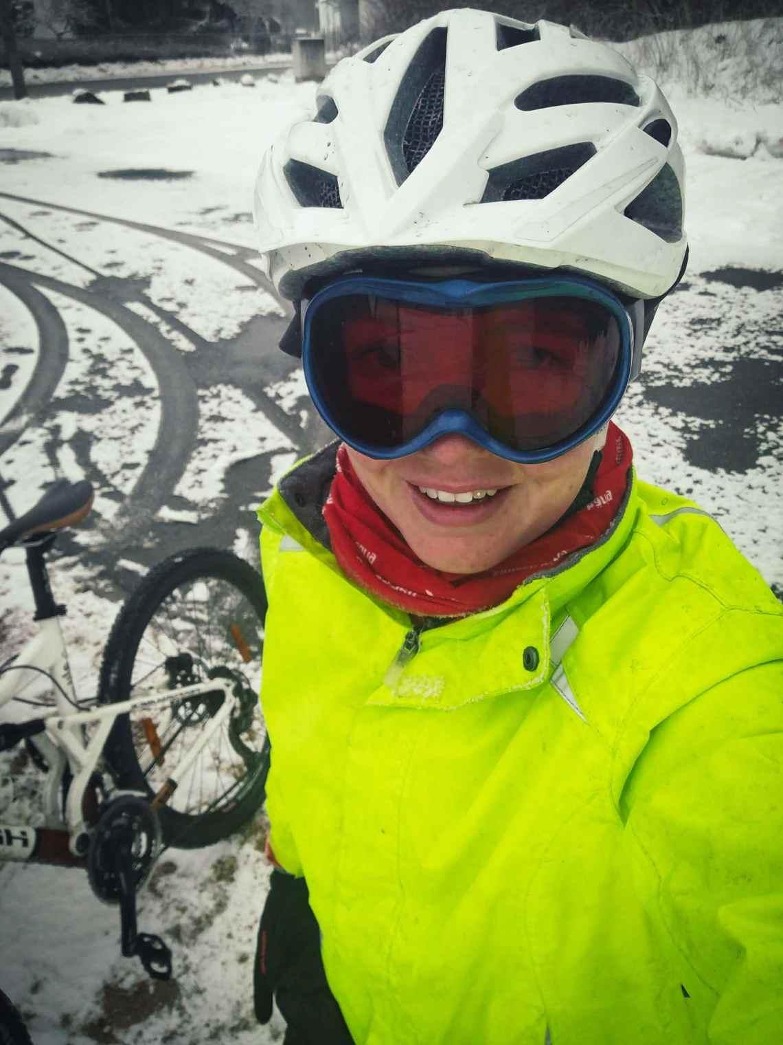 Fahrrad fahren bei Schnee mit Skihelm und Skibrille. Tipps für den Winter.