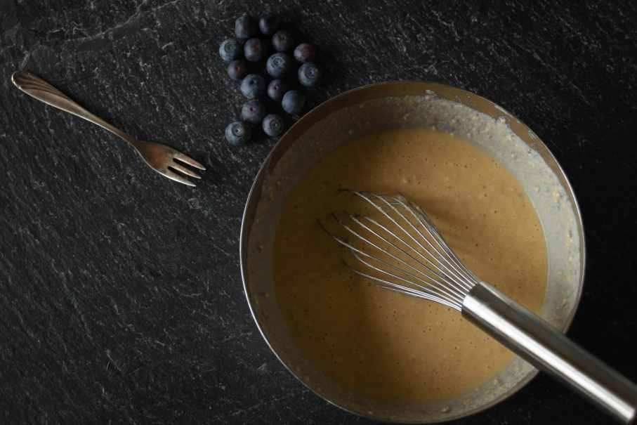 Gesunder Fitness Protein-Kaiserschmarrn Teig aus Haferflocken, Eiern und Proteinpulver