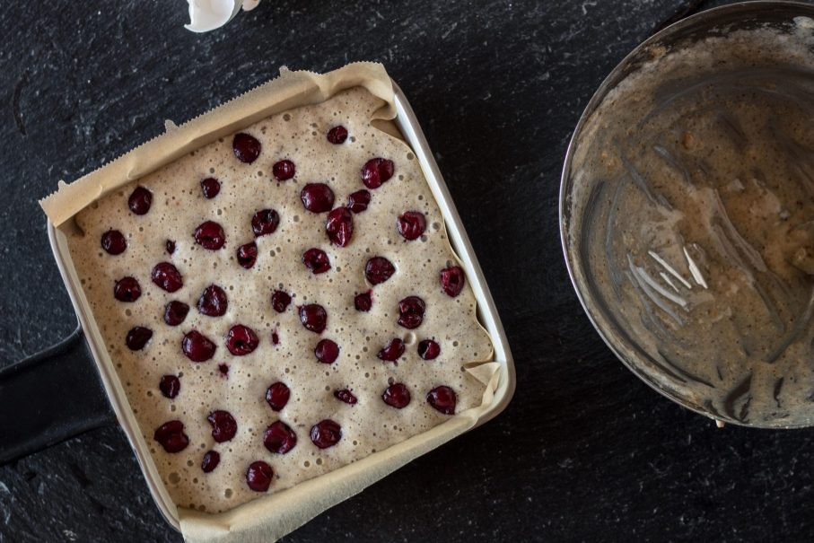 Gesunder Kirschkuchen mit Protein und Haferflocken ohne Zucker