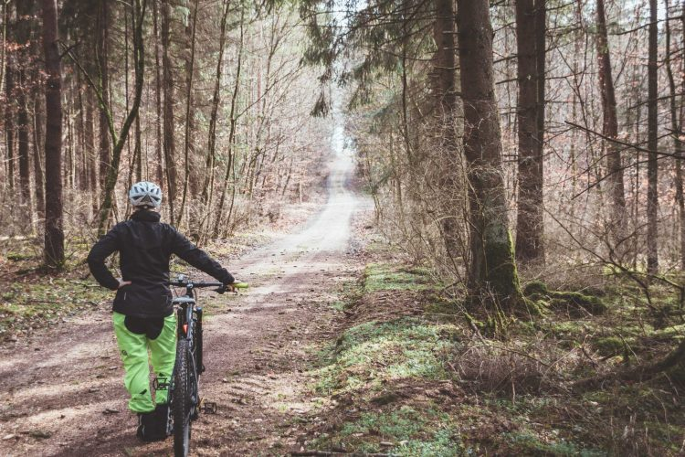 Eine Regenhose für Radfahrer ist praktisch und schützt dich vor Nässe beim Radfahren im Regen.