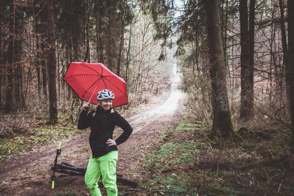 Radfahren im Regen die perfekte Kleidung fürs Mountainbike
