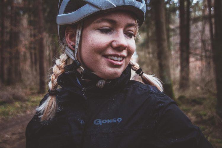 Eine Fahrradregenjacke ist wichtig beim Fahrradfahren im Regen. Sie hält dich trocken und warm.