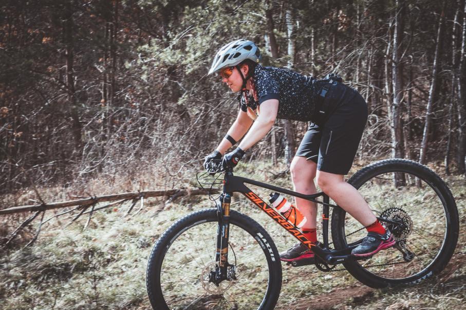 So vermeidest du Sitzschmerzen beim Radfahren mit einer guten Radhose mit Polster.