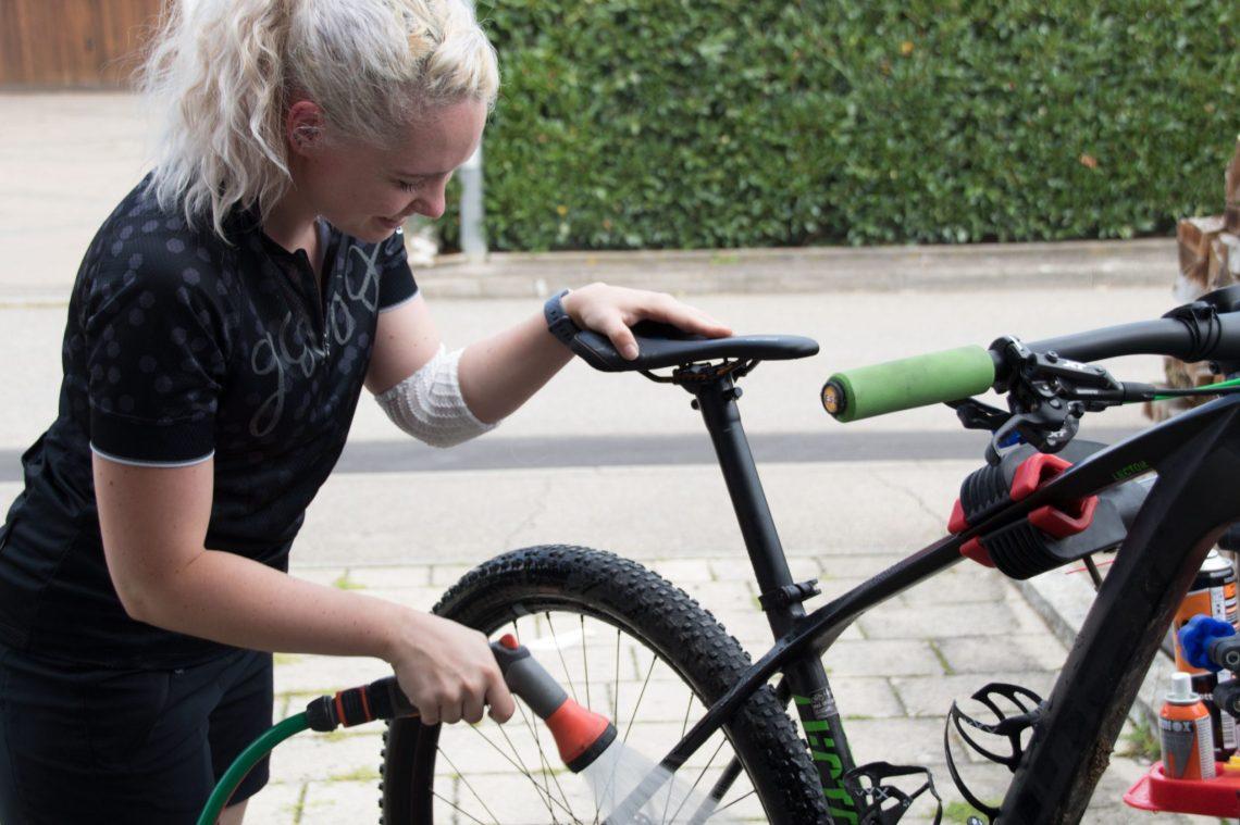 Fahrrad reinigen mit Wasser.