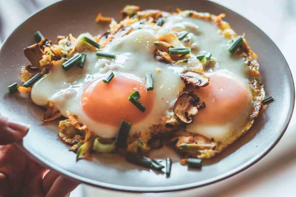 Slow Carb Rezept Gemüserösti mit versunkenem Spiegelei Frühstück