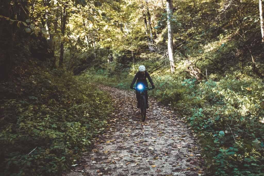 Sicherheit beim Radfahren im Herbst mit der richtigen Beleuchtung