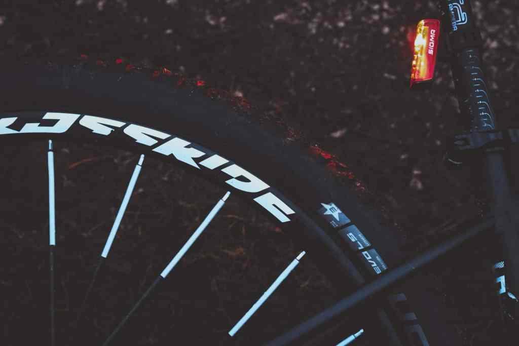 Radfahren im Dunkel - Sicher durch die Nacht mit Speichenreflektoren, Beleuchtung und den Schuhlichtern Night Runner 270.