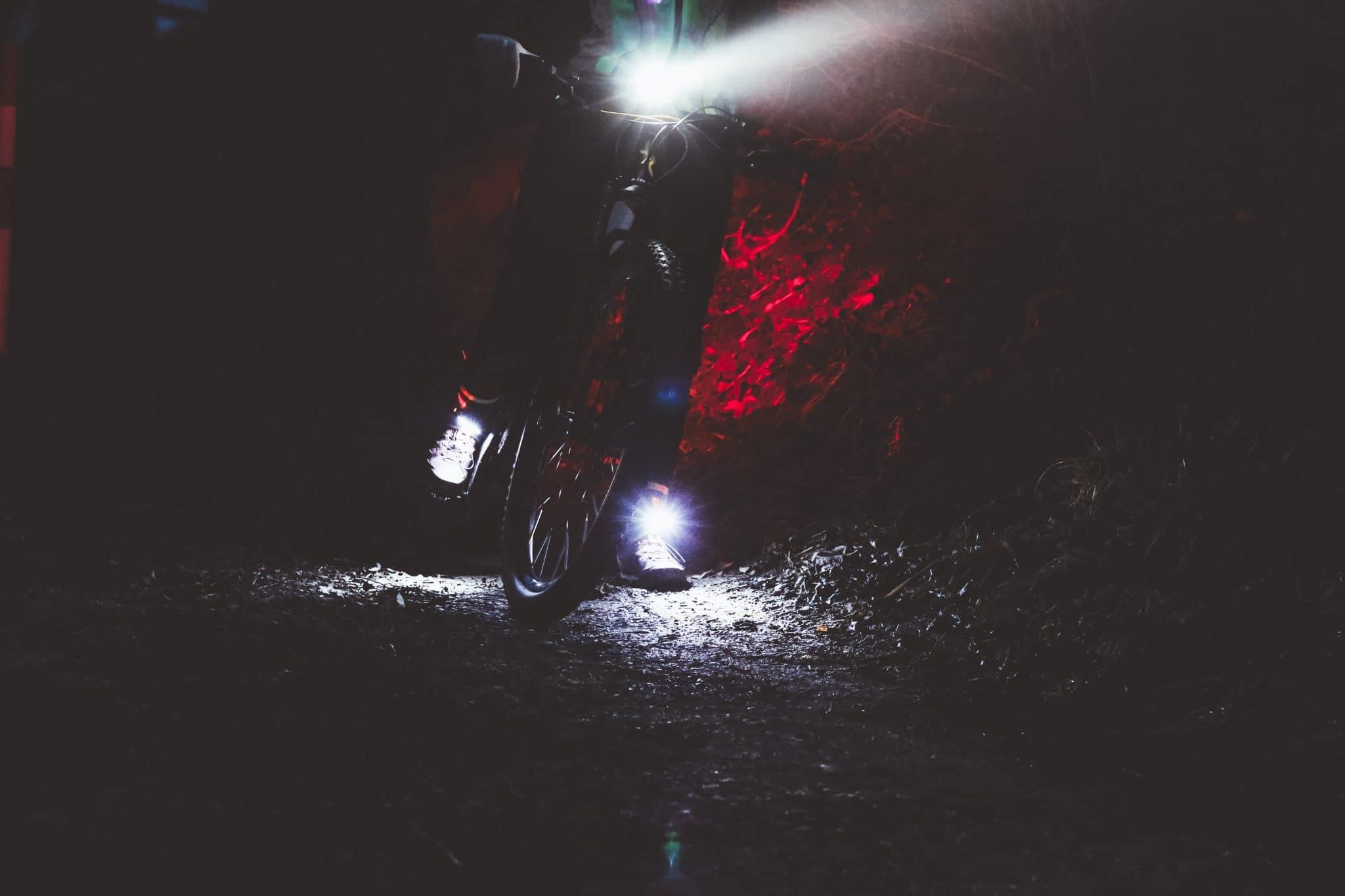 Radfahren im Dunkeln - Sicher mit dem Fahrrad bei Nacht mit der passenden Beleuchtung Night Runner 270 Night Tech Gear Germany