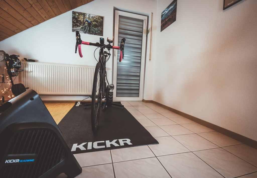 Wahoo Kickr Setup mit Bodenmatte fürs Rollentraining im Winter auf dem Fahrrad.