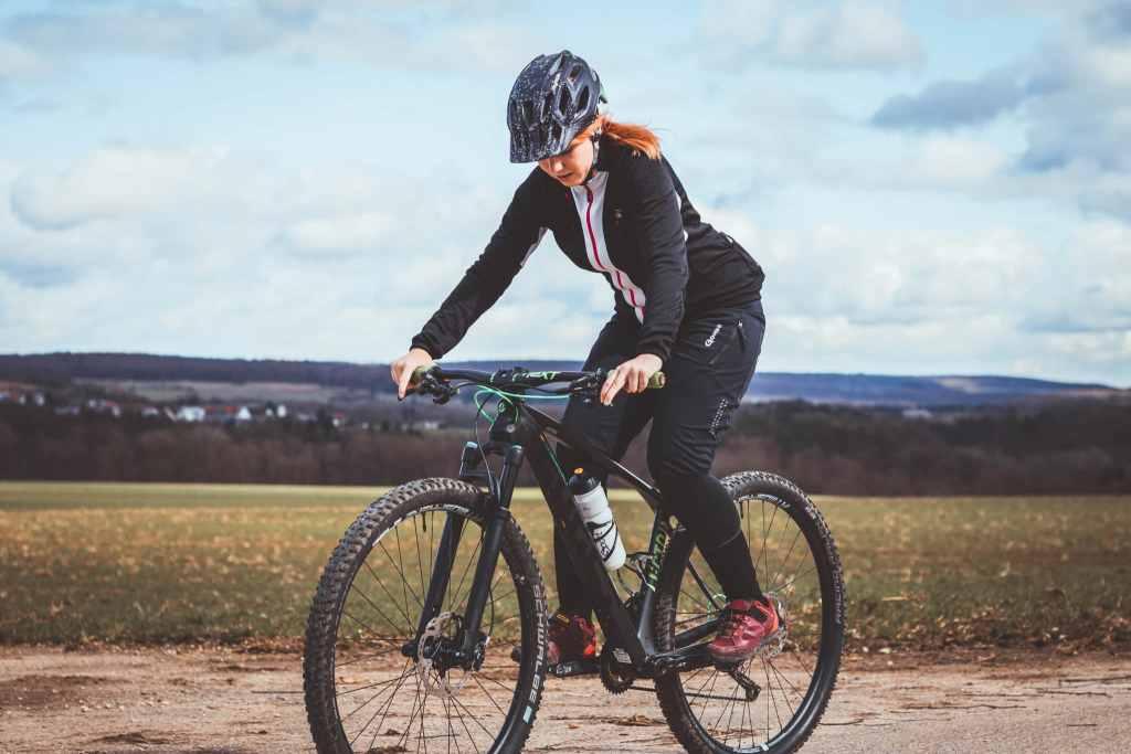 Was tun gegen Blasen beim Radfahren am Fuß? Die Socken von Wrightsock und Produkte von BodyGlide helfen gegen Reibung und Druckstellen.