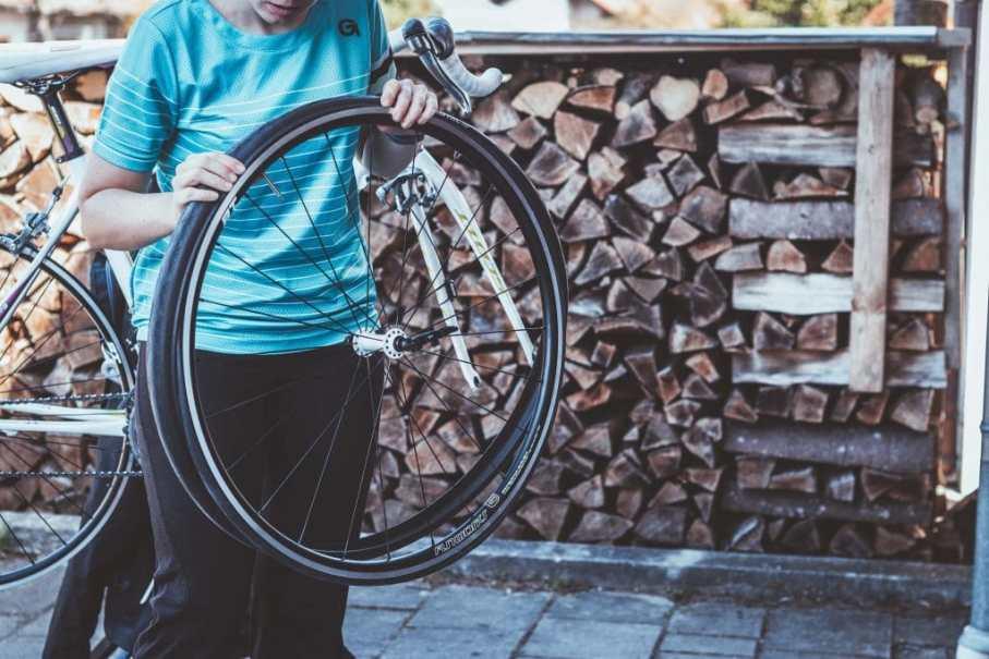 Rennrad Reifen aufziehen auf dem Fun Works Laufrad