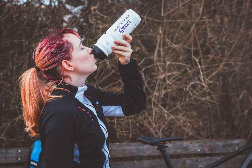 Genug trinken beim Radfahren ist wichtig für die Ernährung für Radsportler.