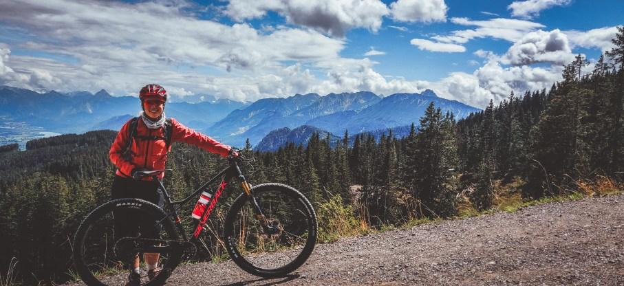 Mit dem Mountainbike im Allgäu - wunderschöner Blick auf die Alpen im Fahrradurlaub