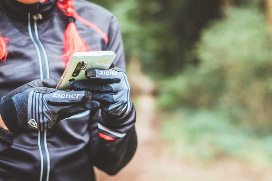 Fahrradhandschuhe zum Smartphone bedienen mit Touch Fähigkeit von Ziener
