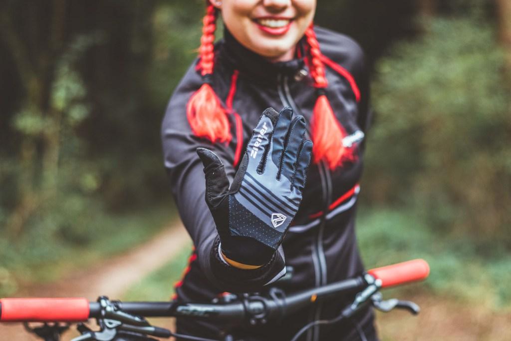Lange Fahrradhandschuhe als Schutz vor Verletzungen.