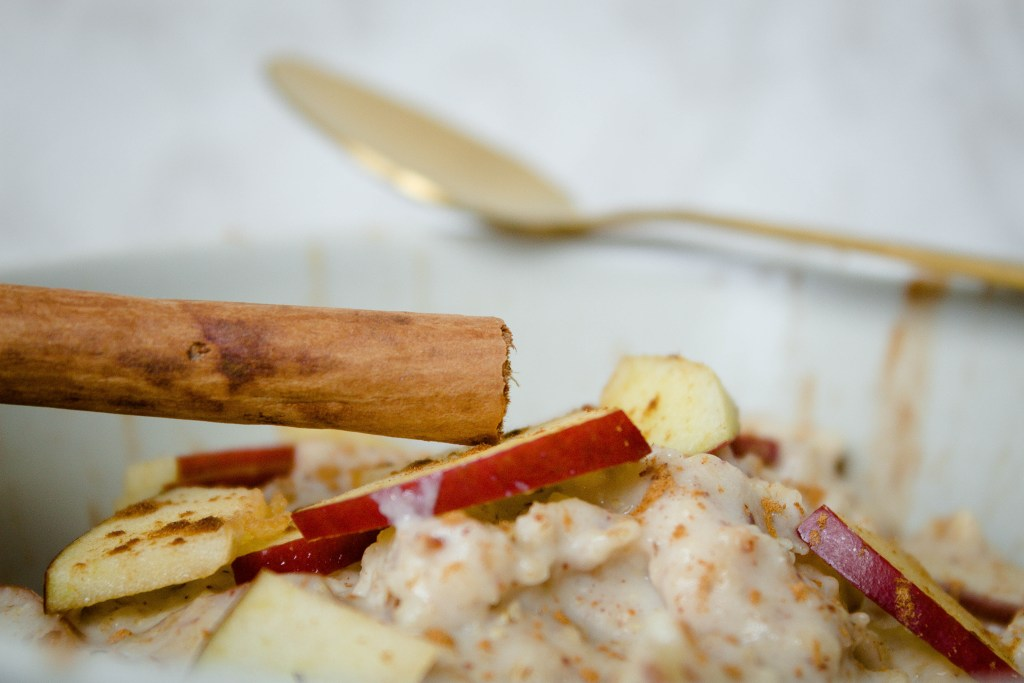 Leckeres, gesundes Winterrezept. Bratapfel-Protein-Porrige Fitness Rezept