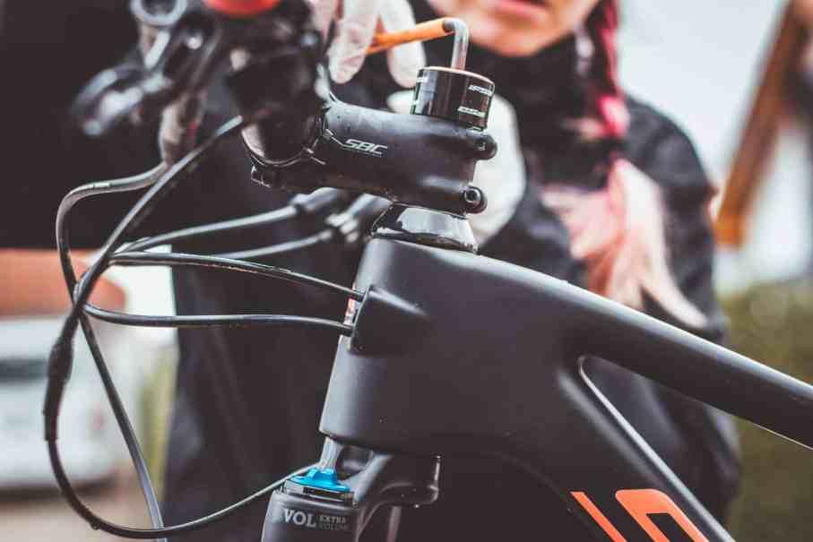 Steuersatz überprüfen und ausbauen am Mountainbike Mountainbike Kugellagerfett Dynamic Frühjahrescheck Wartung