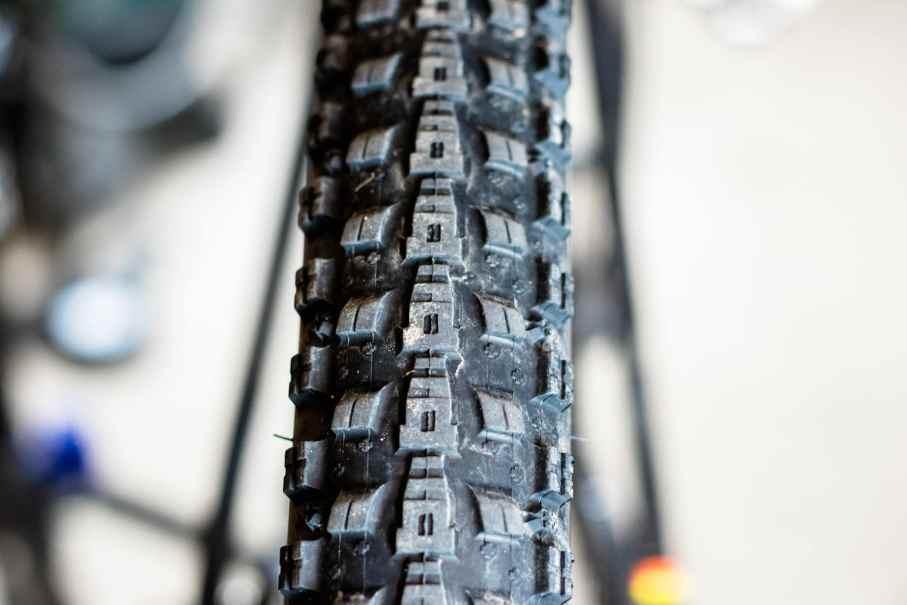 Reifen überprüfen beim Frühjahrscheck am Mountainbike Fahrrad