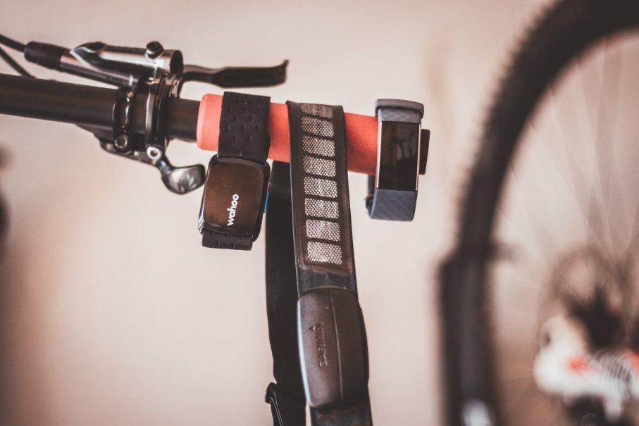 Puls messen beim Radfahren mit unterschiedlichen Geräten: Wahoo Ticckr Fit, Garmin Brustgurt, Fitbit Fitnessuhr