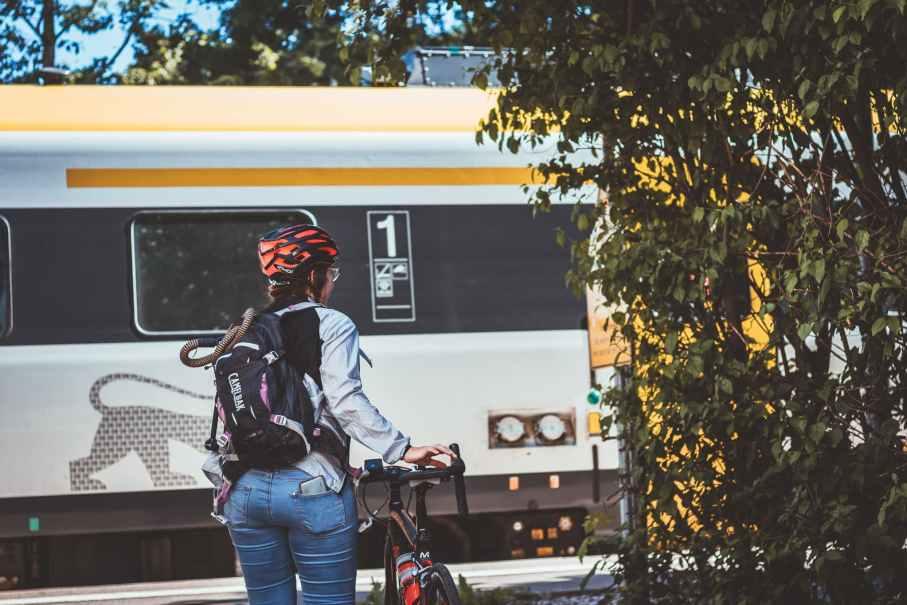 Mit dem Fahrrad Zug fahren auf dem Weg zur Arbeit - Tipps und Tricks für Berufspendler mit Chackpack.