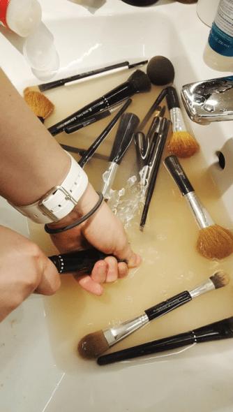 4. Skyll alle kostene grundig etter shampooneringen. Klem ut vannet for å unngå at busten på kosten tar skade.