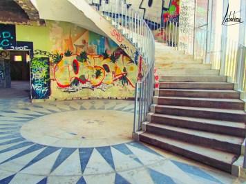 La fresque de Dourdil, à l'arrière de l'escalier, est complètement recouverte par les graffitis