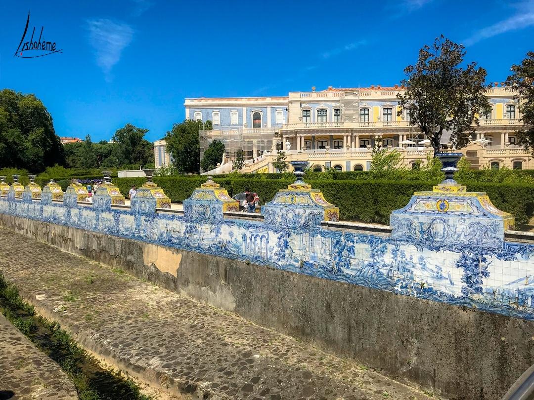 Canal dos Azulejos avec vue sur la façade du palais en arrière-plan, Palais de Queluz à Sintra, près de Lisbonne, Portugal
