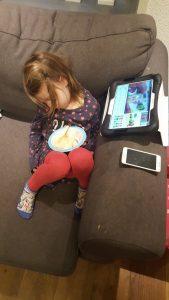 kind slaapt voor de televisie