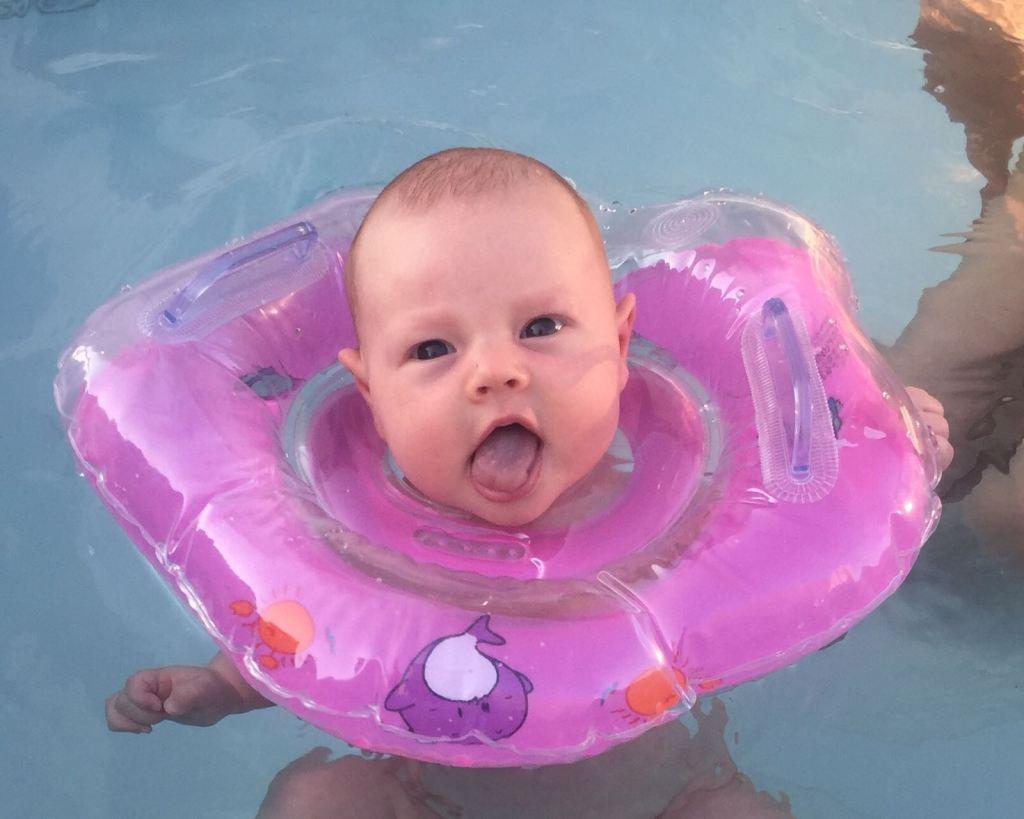 baby bandje voor om de nek in het zwembad zielig Lisette Schrijft