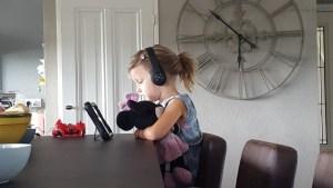 Op de ipad met ene koptelefoon op Lisette Schrijft