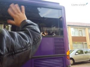 met de bus op kamp even uitzwaaien Lisette Schrijft