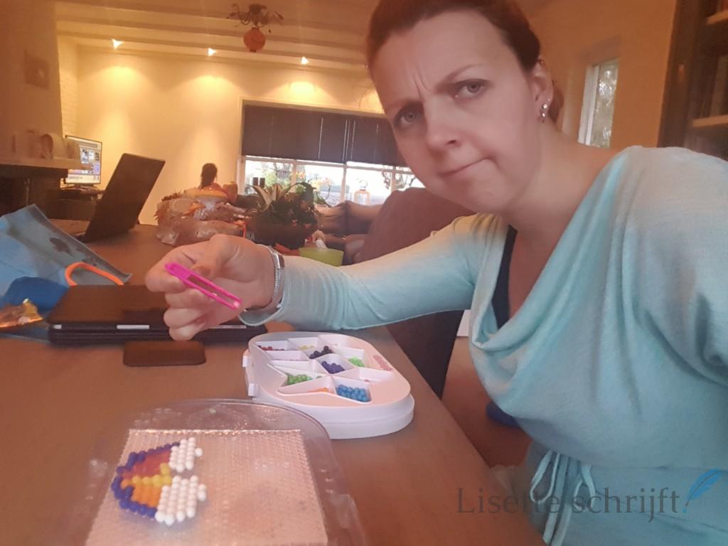 een regenboog van aquabeads Lisette Schrijft