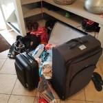 vakantievoorbereidingen met koffers inpakken voor de handbagage Lisette Schrijft