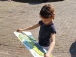meisje kijkt op de plattegrond van de kasteeltuinen in arcen Lisette Schrijft