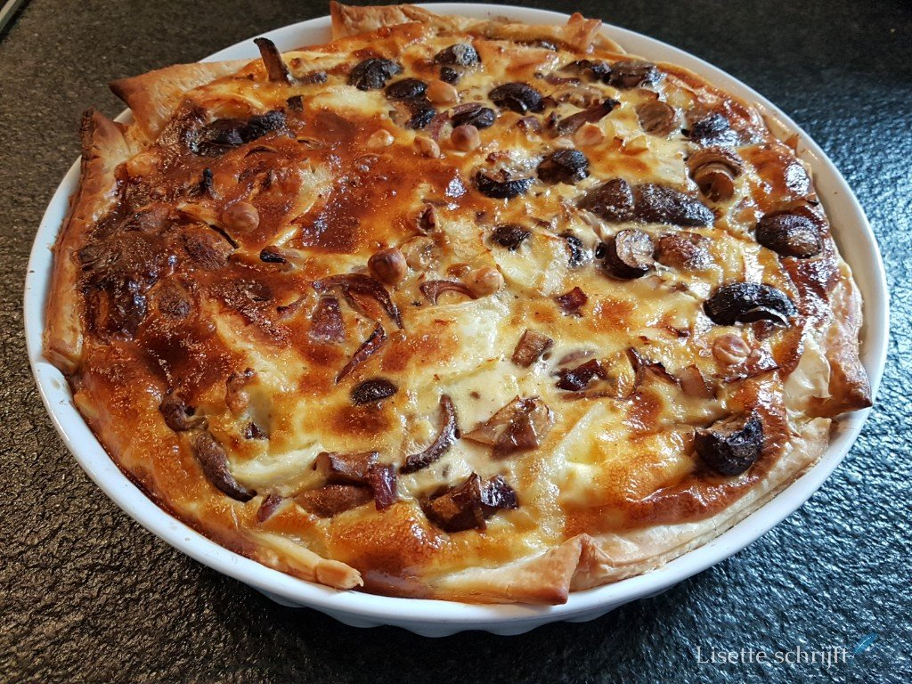 hartige taart met paddenstoelen en rode uien