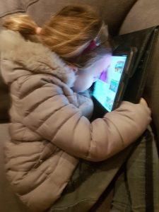 kind valt in slaap achter tablet Lisette Schrijft
