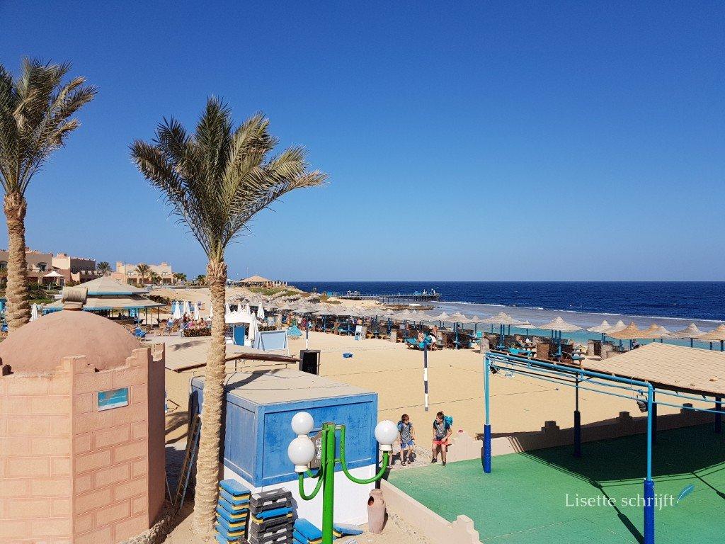 het strand van hotel akassia in egypte