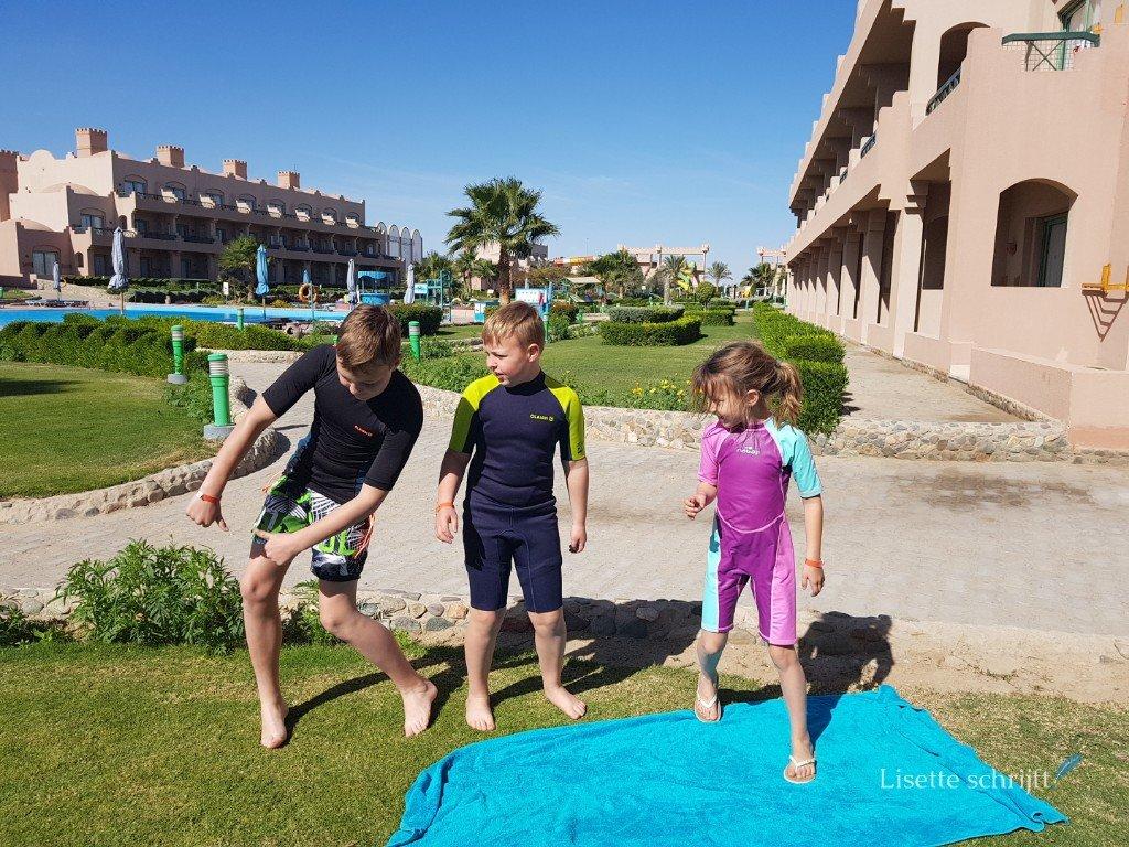drie kinderen in surfpak op vakantie in Egypte Lisette Schrijft