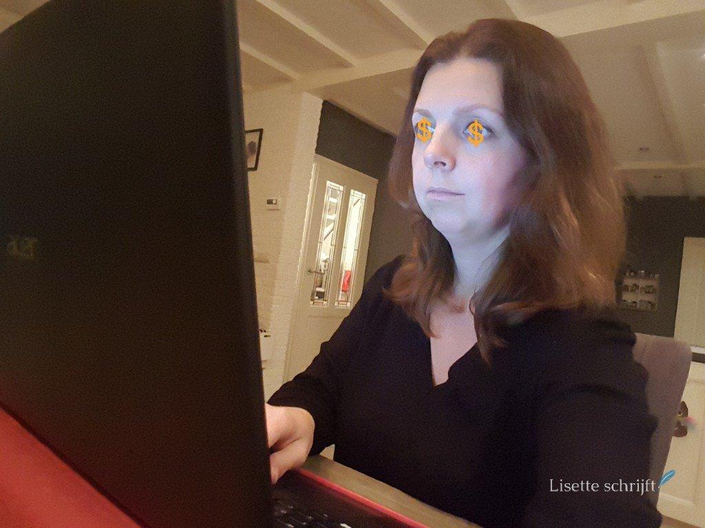 dame zit achter de laptop met dollartekens in de ogen