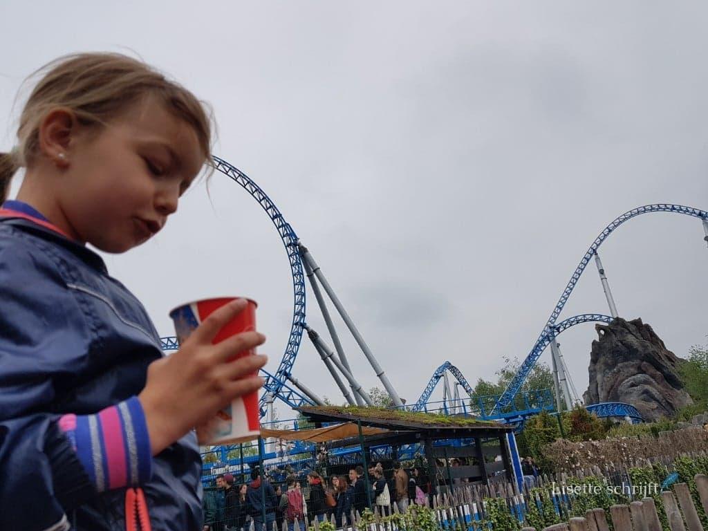 meisje bij achtbaan Blue Fire in Europa-Park